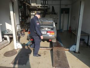 Kontrola na na heveru v garáži na srbské hranici po příjezdu z provincie Kosovo...