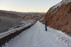 Vypadá to jako sníh ale není to sníh. Sůl vzlínající na povrchu cesty, San Pedro de Atacama
