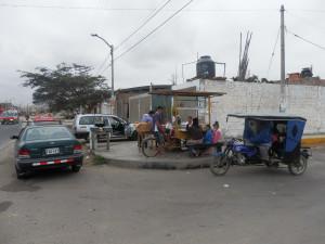 Klasický jihoamerický snídaňový pouliční koutek. V místě jen po dobu snídaní, kdy se sejde celé okolí, zastavují auta a pod. Poté opět zmizí až do zítřejšího rána, případně se objeví během času večeřového s pozměněným sortimentem