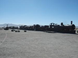Podnikatelský záměr kdysi nevyšel (v dolech přestali mít co dolovat) a tak lokomotivy zůstaly už napořád zanechané v poušti, Bolívie