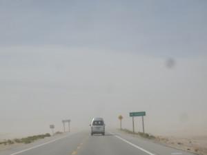 Někdy ani slušná silnice není zárukou, že nepotkáte písečnou bouři