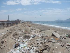 Jedna z peruánských pláží, aneb jak si místní váží svého přírodního bohatství. Mimochodem mám v tomto směru ještě mnohem drsnější fotky...