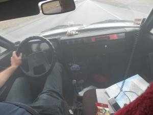 """Bohužel auto vlivem špatného benzínu nevydrželo. pejsek na palubě už se svíjí v křečích a řidič už se také cítí nic moc, ví, že je """"hotovo"""""""