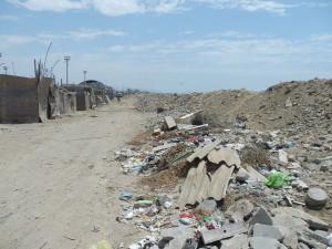 Pláž v Peru. Hned za valem z odpadků je moře...