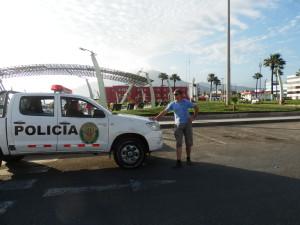 Jeden policista sloužil jako fotograf, druhý stál na přechodu pro chodce v jízdním pruhu a na maják na chvíli zastavil ve špičce provoz v centru velkého města, aby nás nerušili nesmyslně projíždějící auta. To dá nakonec rozum, kdo by chtěl mít na fotce nadávající a věčně troubící Peruánce, když to jde i bez nich...