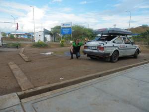 Šťastný majitel se svým vozem před celním úřadem