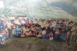 Muzeum kultury Urku Kuri, fotografie vesničanů s nálezy věnovanými posléze muzeu