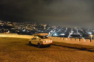 Noční Quito z kopce El Panicillo (3016m)