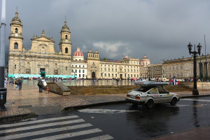 Hlavní náměstí v Bogotě, policie měla minutu pochopení...